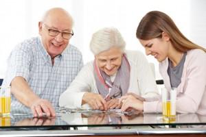 Großeltern mit Enkelin