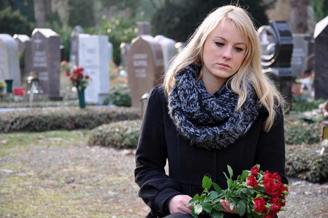 Risikolebensversicherung - Frau trauert